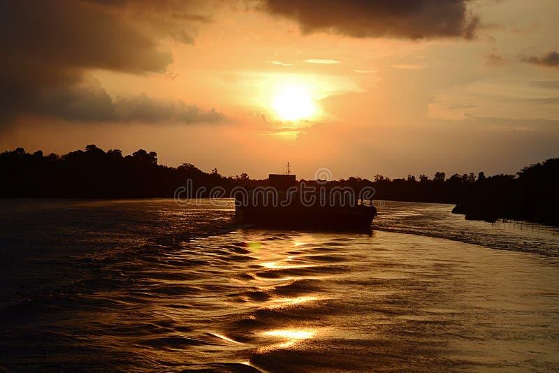 Dra tillbaka till solnedgången royaltyfri fotografi