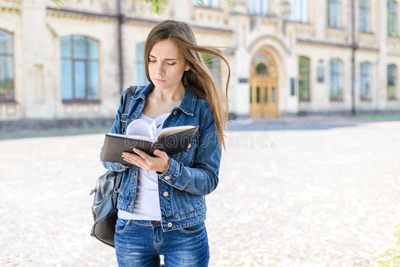 Dra tillbaka till universitetet! Begrepp för livsstil för undersökningstonåringelev Stäng sig upp fotoståenden av det nervösa led arkivbilder
