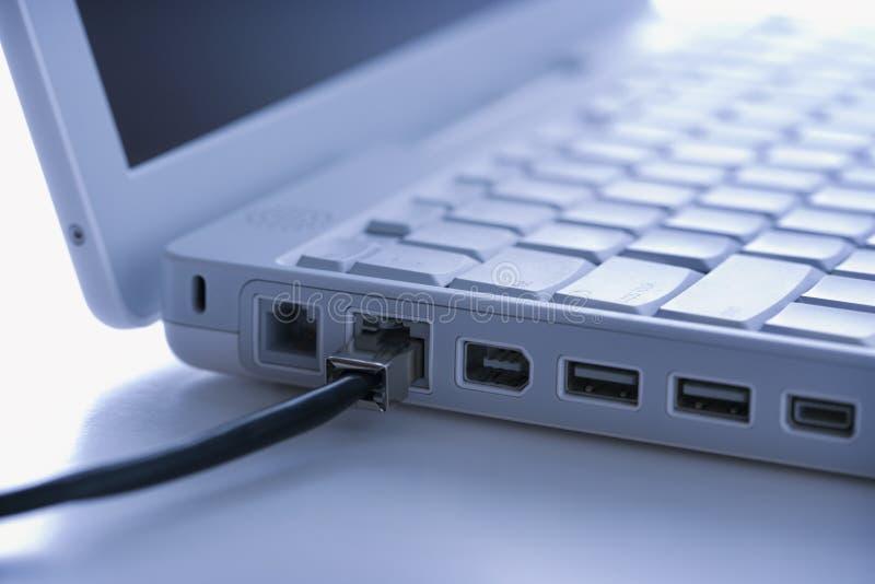 Draad die met laptop wordt verbonden royalty-vrije stock afbeelding