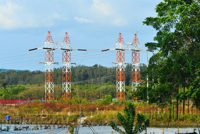 Draad elektrische pyloon onder blauwe hemel stock fotografie