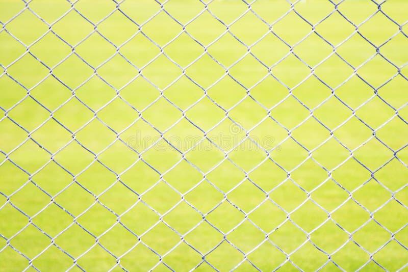 Draad Mesh Fence Close-Up op Groene Achtergrond royalty-vrije stock afbeeldingen