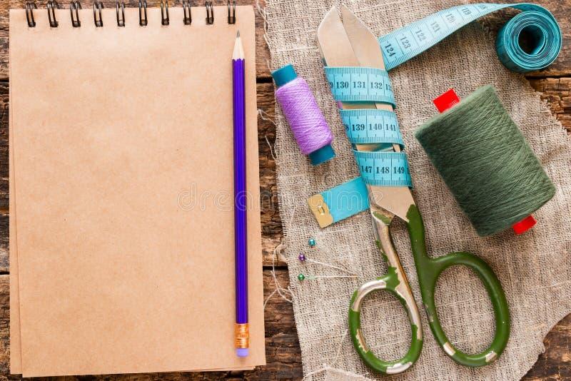 Draad, schaar, die band en een notitieboekje voor nota's meten royalty-vrije stock afbeelding
