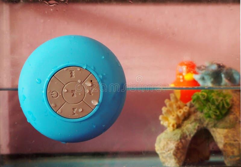 Draadloos bijkomend apparaat voor smartphone en PC met spreker en mic voor natte ambients stock afbeeldingen