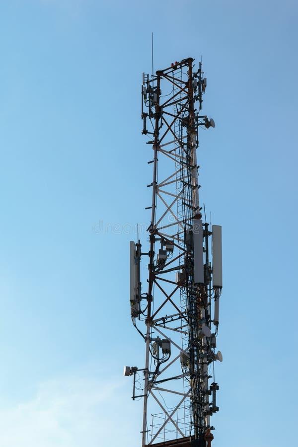 Draadloze communicatie toren met antenne op duidelijke hemel royalty-vrije stock afbeeldingen