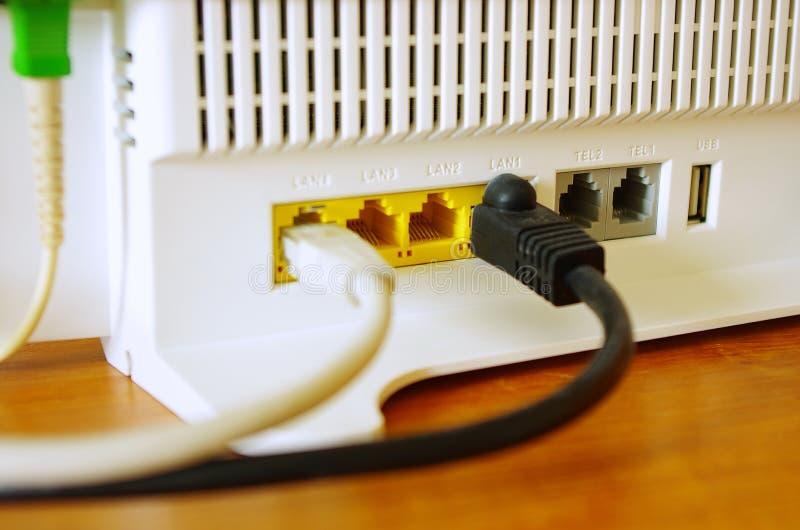 Draadloze Internet-router met het verbinden van kabels, vezel optisch Internet, Internet-veiligheid stock afbeelding