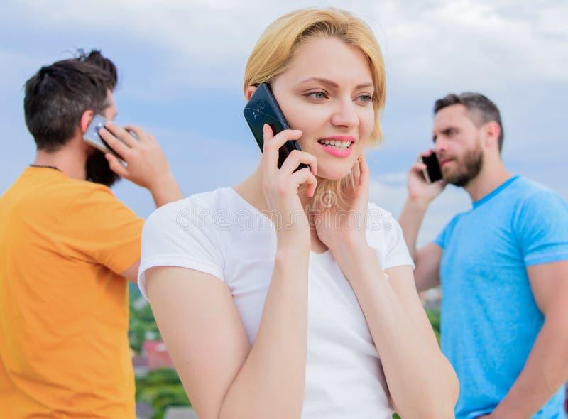 Draadloze mededeling Mensen en Technologie Groep vrienden die op celtelefoons spreken Moderne mensen met smartphones royalty-vrije stock fotografie