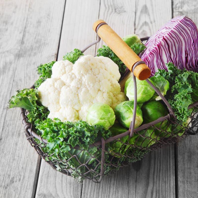 Draadmand van landbouwbedrijf verse groenten stock foto's