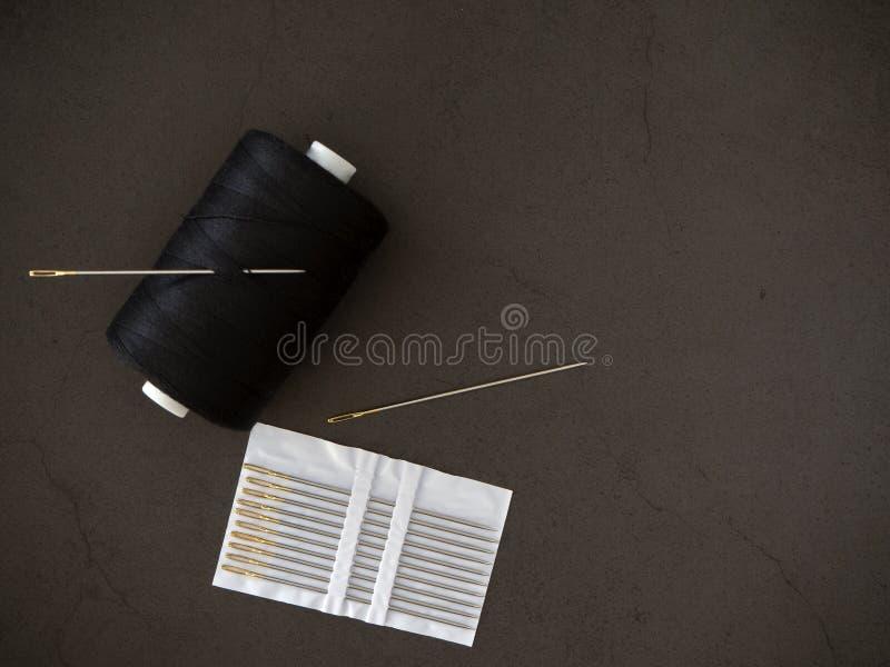 Draadnaald op een zwarte achtergrond stock foto