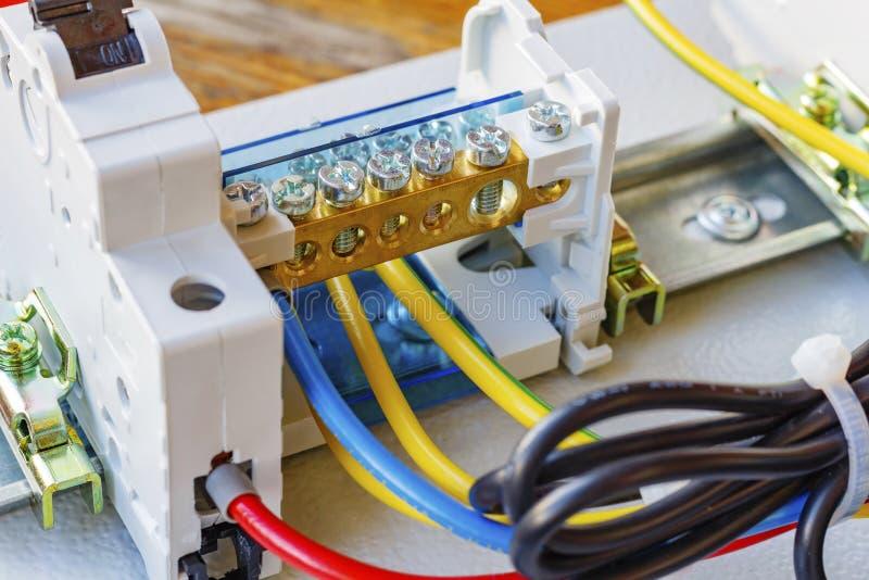 Draadterminal met automatische die stroomonderbreker op een DIN-Spoor wordt geïnstalleerd royalty-vrije stock fotografie