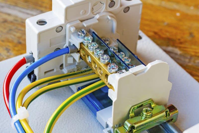 Draadterminal met automatische die stroomonderbreker op een DIN-Spoor wordt geïnstalleerd royalty-vrije stock afbeeldingen