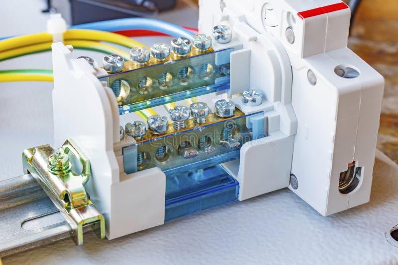 Draadterminal met automatische die stroomonderbreker op een DIN-Spoor wordt geïnstalleerd royalty-vrije stock foto