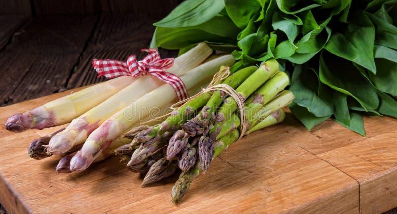 Draag het knoflook van ` s met witte en groene asperge royalty-vrije stock foto's