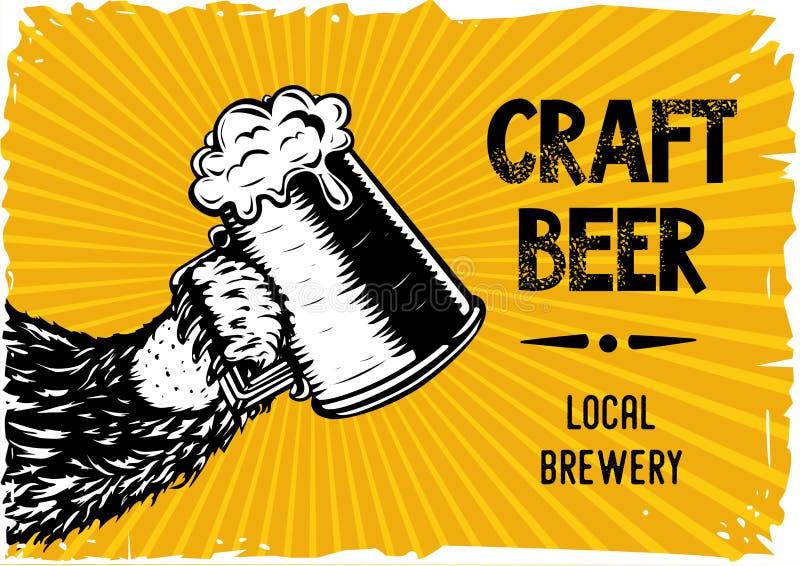 Draag poot houdt een glas met bier Uitstekende affiche voor lokale brevery en bar Vector handdrawn illustratie stock illustratie