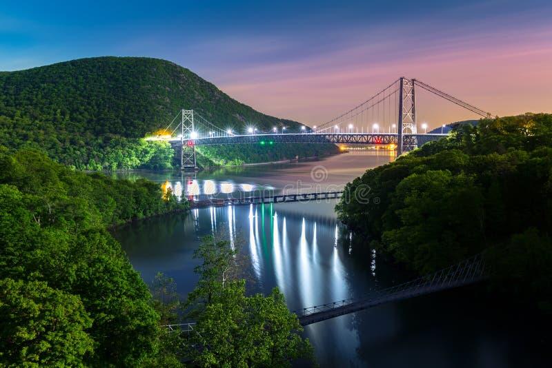 Draag 's nachts verlichte Bergbrug royalty-vrije stock afbeelding