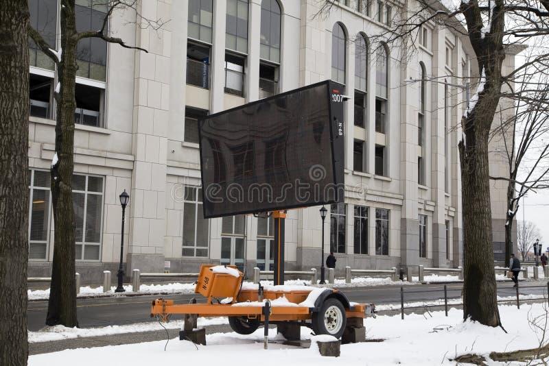 Draagbaar veranderlijk berichtteken dat dichtbij NY van Yankee Stadiumbronx wordt geparkeerd royalty-vrije stock afbeelding