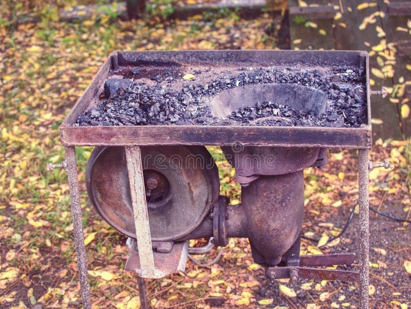 Draagbare Blacksmith-oven met kool, gereedschap voor warm metaal stock afbeeldingen
