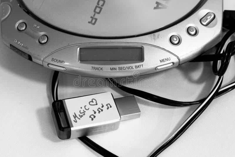Draagbare CD-speler en een flitsaandrijving met muziekdossiers stock fotografie