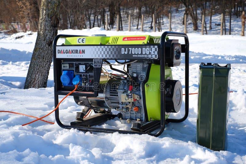 Draagbare elektrische generator die in de koude winter lopen stock fotografie