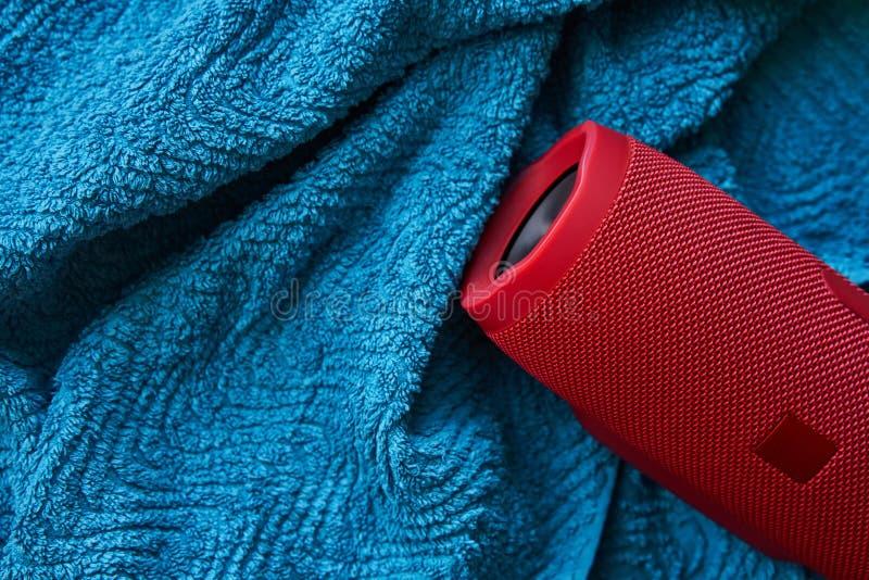 Draagbare stereospreker op blauwe handdoek stock foto's