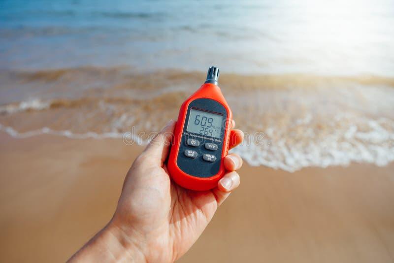 Draagbare thermometer die ter beschikking openluchtluchttemperatuur en vochtigheid meten royalty-vrije stock afbeelding