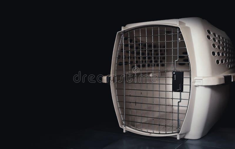 Draagdoos voor huisdieren in het donker stock afbeelding