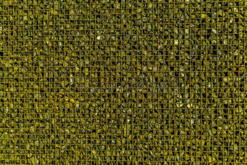 Draagmand met kleine decoratieve stenen, gemeenschappelijke sierarchitectuur wordt gevuld die stock foto