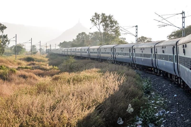 Draagstoel naast spoorwegsporen in India royalty-vrije stock foto