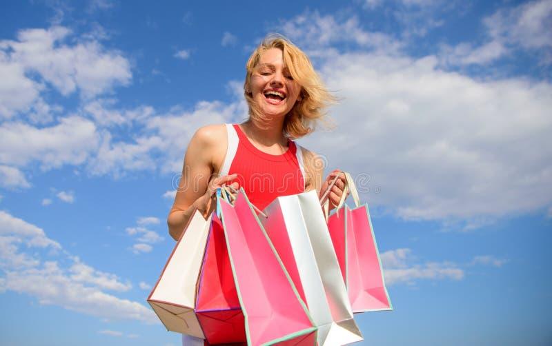 Draagt de vrouwen rode kleding bos het winkelen achtergrond van de zakken de blauwe hemel Vind vrij alles koop u wilt Meisje tevr stock afbeeldingen