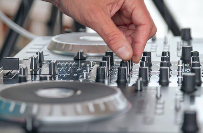 Draai de schakelaar deejay man royalty-vrije stock afbeeldingen