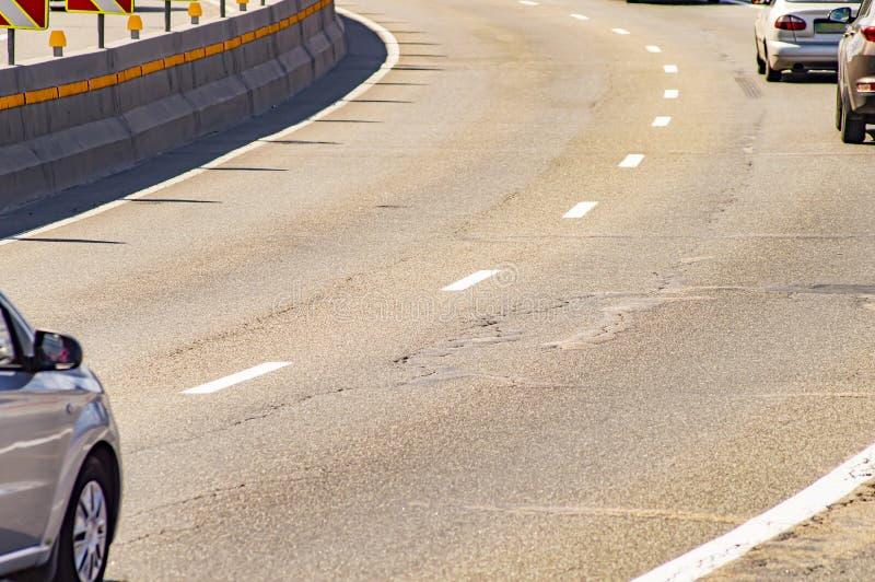 Draaiend een weg met het bewegen van auto's royalty-vrije stock foto