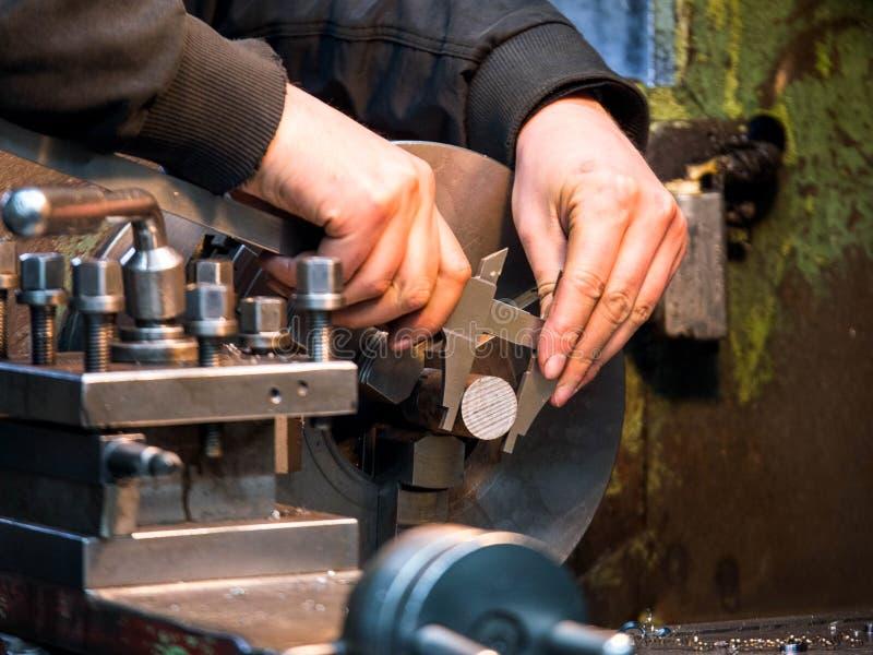 Draaiend element op mechanische draaibank stock afbeeldingen