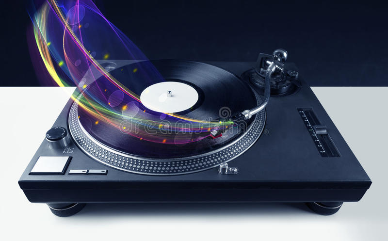 Draaischijf het spelen vinyl met gloeiende abstracte lijnen stock afbeelding