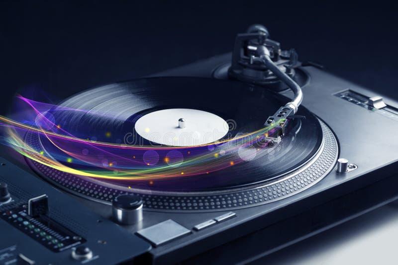 Draaischijf het spelen vinyl met gloeiende abstracte lijnen royalty-vrije stock afbeelding