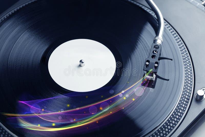 Draaischijf het spelen vinyl met gloeiende abstracte lijnen stock foto's
