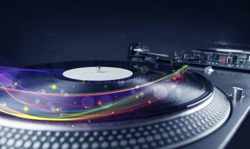 Draaischijf het spelen vinyl met gloeiende abstracte lijnen royalty-vrije stock afbeeldingen