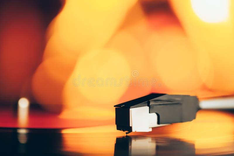 Draaischijf met het vinylverslag van LP tegen het branden van brand royalty-vrije stock foto's