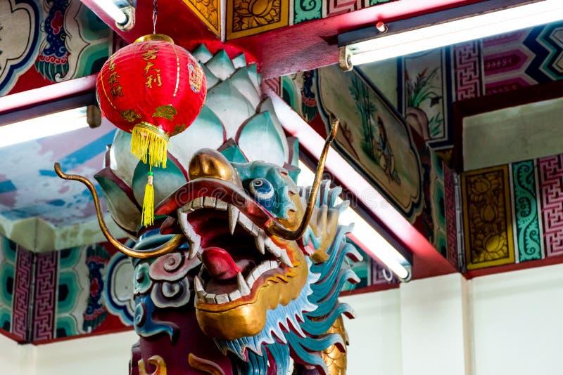 Draak en rode lantaarn in Chinese tempel royalty-vrije stock afbeelding
