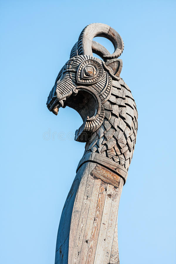 draak op de voorzijde van het Viking-schip royalty-vrije stock foto's