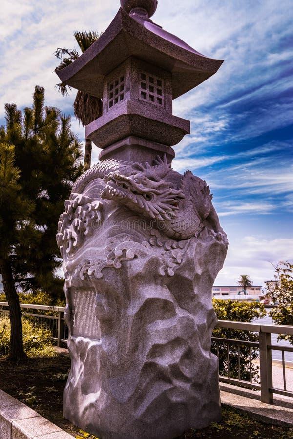 Draakbeeldhouwwerk in de ingang van Enoshima stock foto's