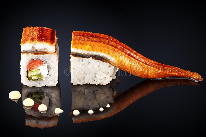 Draakbroodje, paling, zalm en roomkaas stock afbeeldingen