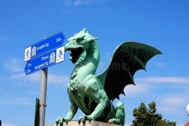 Draakbrug in een de zomerdag in Ljubljana met turistic tekens, stock afbeeldingen