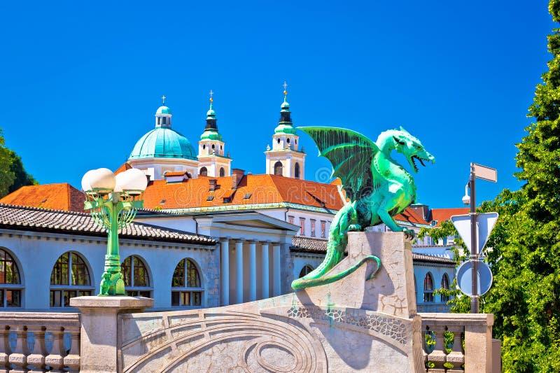 Draakbrug en oriëntatiepunten van de mening van Ljubljana stock afbeeldingen