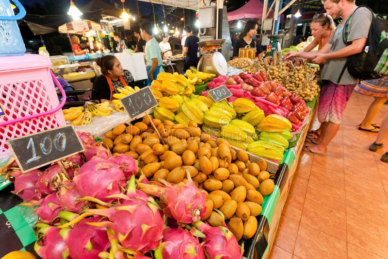 Draakfruit en andere exotische verse producten die door straatventers op grote stadsmarkt verkopen royalty-vrije stock foto's
