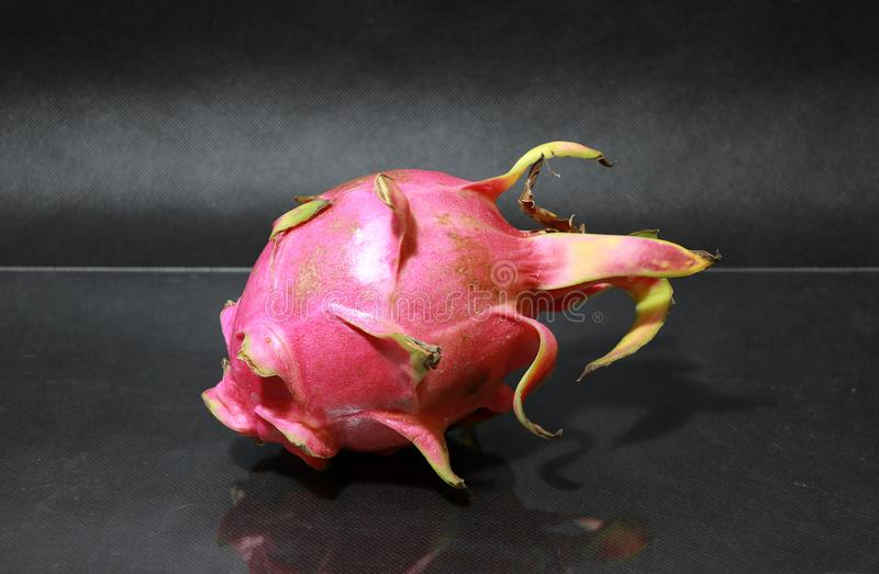 Draakfruit op de zwarte vloer De vorm is sferisch Beschikbaar in rood of purper royalty-vrije stock foto