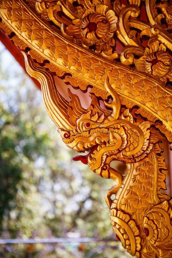 Draakhoutsnijwerk op een muur van een Boeddhistische tempel royalty-vrije stock foto's