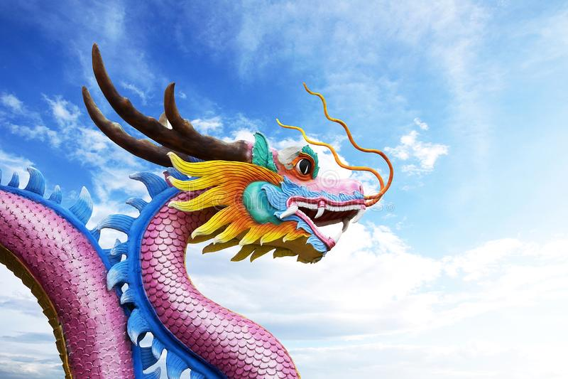 Draakstandbeeld en hemelachtergrond stock foto