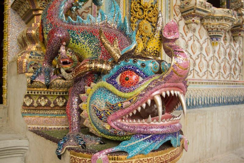 Draakstandbeeld naast tempelstap met ceramisch, Wat Par wordt verfraaid dat royalty-vrije stock fotografie