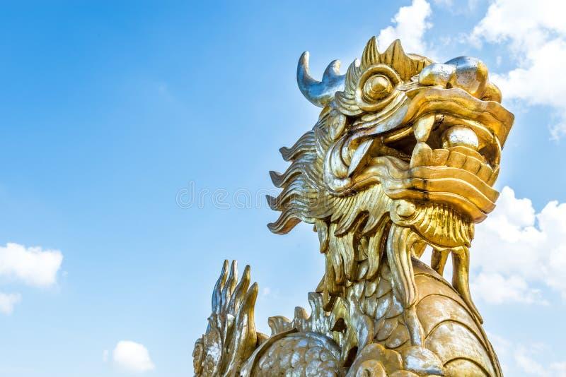 Draakstandbeeld in Vietnam als symbool en mythe. stock afbeelding