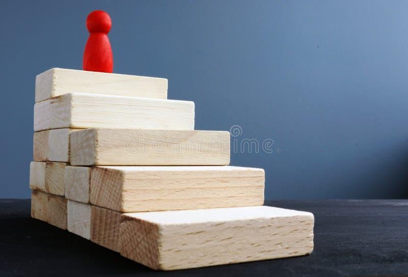 Drabina sukces od drewnianych bloków Ambicje i osiągnięcia zdjęcie stock