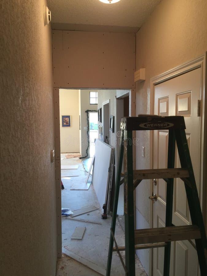 Drabina w korytarzu z sheetrock pracą w progressin mieszkaniowym domu obraz stock